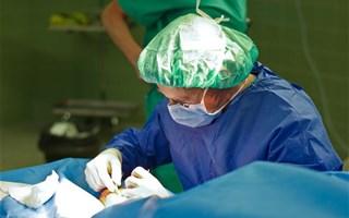 Chirurgien en train d'opérer
