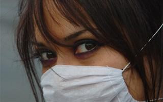 Collégienne portant un masque contre la Grippe A