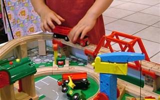 Enfant qui joue avec des voitures