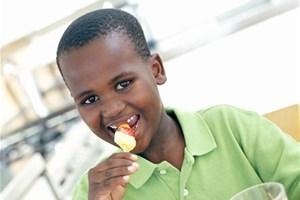 Enfant mangeant une alimentation saine