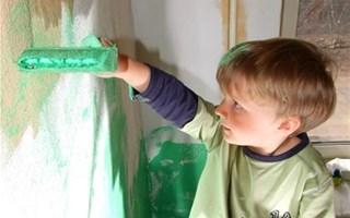 Enfant peignant un mur