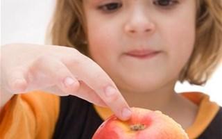 Enfant avec une pomme
