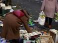 Femme pauvreté glaneur marché