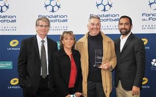 les lauréats Mlle Sylvie Thibeaudau et M. Didier Froger en compagnie de Patrick BRAOUEZEC (Président de la Fondation du Football) et de Youri DJORKAEFF (membre du Conseil d'Administration de la Fondation).