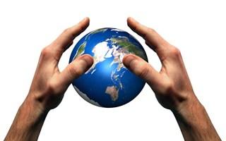 Mains protégeant la Terre développement durable