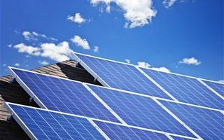 Manuel Valls affiche sont soutien aux énergies renouvelables