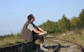 Migrant le long d'une voie de chemin de fer
