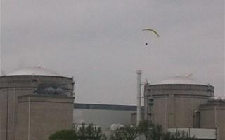 Un militant de Greenpeace survole et s'introduit dans la centrale nucléaire de Bugey