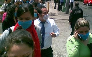 Personnes marchant dans la rue avec un masque