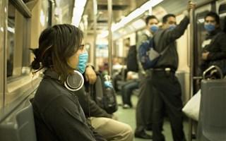 Personnes portant un masque dans le métro à Mexico