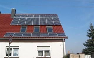 Toit de maison avec panneaux solaires