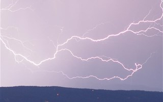 Violent orage avec éclair dans le ciel