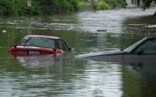 Voitures emportées par des inondations