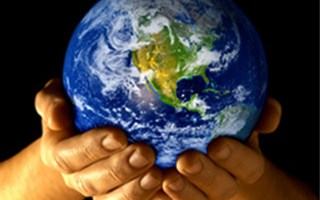 Terre dans mains