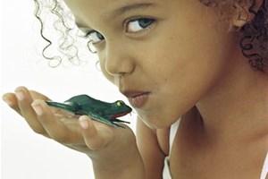 Enfant avec une grenouille