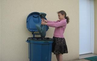 Enfant qui jette un sac poubelle