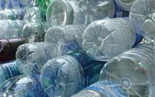 Bouteilles d'eau destinées au recyclage