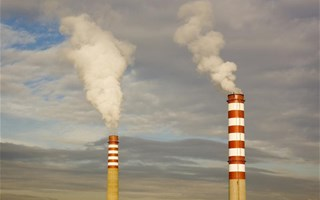 Cheminées d'usine rejetant des gaz à effet de serre