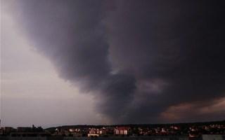 Cyclone et nuages noirs