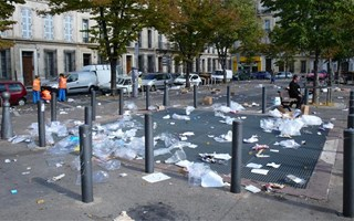 Sacs plastiques jetés par terre