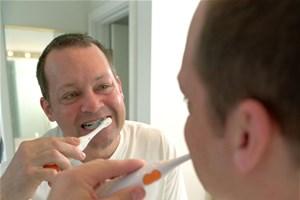 Je blanchis mes dents avec de l'argile verte