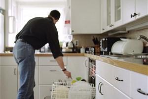 Je remplis mon lave-vaisselle avant de le mettre en marche
