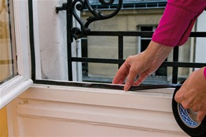 Je vérifie que les portes et les fenêtres ne laissent pas passer les courants d'air