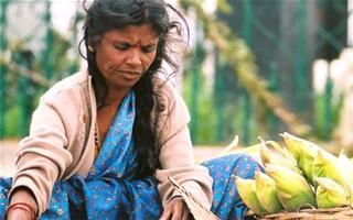 Femme pauvre avec nourriture
